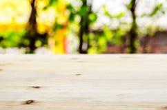 Опорожните стол нерезкости деревянный и запачкайте естественную предпосылку стоковая фотография rf