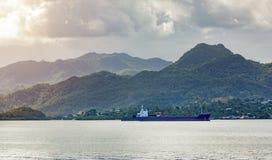 Опорожните ход грузового корабля однако в заливе на стране Фиджи стоковая фотография
