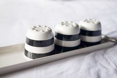 Опорожните 3 черно-белых керамических чашки Стоковые Фото