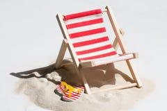 Опорожните sunbed на пляже на конспекте песка Стоковые Изображения RF