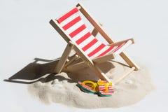 Опорожните sunbed на пляже на конспекте песка Стоковые Фото