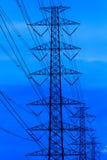 Опоры линии электропередач и кабели, высоковольтная вертикаль Стоковое Изображение RF
