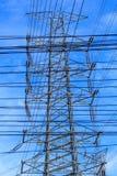 Опоры линии электропередач и кабели, высоковольтная вертикаль 2 Стоковое Изображение RF