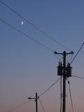 Опоры линии электропередач и луна Стоковое Изображение RF