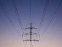 Опоры линии электропередач на сумраке Стоковые Фотографии RF