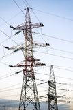 Опоры металла высоковольтных линий электропередач против выравниваясь неба стоковое изображение