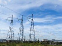 Опоры электрических сетей в поле на предпосылке Стоковое фото RF