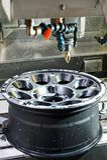 Оправа черноты сплава автомобиля металла новая в филировать и машине токарного станка Стоковое фото RF