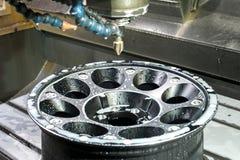 Оправа черноты сплава автомобиля новая в филировать и машине токарного станка Стоковое Фото