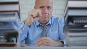 Определенный бизнесмен в учитывая комнате архива делает уверенные жесты рукой стоковые изображения