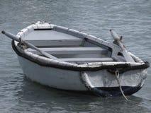 Определите деревянную весельную лодку причаленную в гавани на море Италия Тоскана Стоковые Фотографии RF