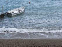 Определите деревянную весельную лодку причаленную в гавани на море Италия Тоскана Стоковая Фотография RF