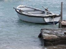 Определите деревянную весельную лодку причаленную в гавани на море Италия Тоскана Стоковое Фото