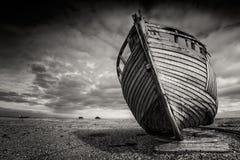 Определите терпетьую кораблекрушение шлюпку, который сели на мель на pebbled пляже Dungeness, лачуги England Стоковые Фото