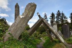 опрокинутые надгробные плиты стоковое изображение