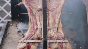 Опрокиньте вверх туш свинины которая курится на вертикальном вертеле акции видеоматериалы