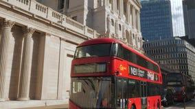 Опрокиньте вниз от Государственного банка Англии к красной шине сток-видео