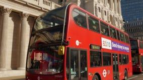 Опрокиньте вниз с Государственного банка Англии с красной шиной в фронте сток-видео