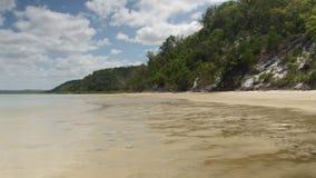Опрокиньте вниз с съемки солнца на пляже видеоматериал