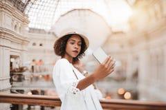 Опрокиньте перенос снятый бразильского молодого женского принимая selfie Стоковое фото RF