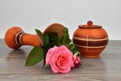 Опрокидывайте вазу цветка с розами Ваза деревянное основание Стоковое фото RF