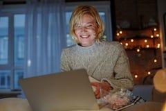 Оптимистическая женщина занимаясь серфингом интернет дома Стоковое фото RF