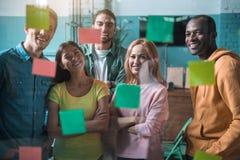 Оптимистические квалифицированные коллеги работают с удовольствием Стоковые Фото