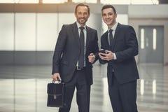 Оптимистические коллеги связывая друг с другом Стоковое Фото