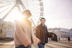 Оптимистические любовники чувствуют довольство пока отдыхающ outdoors стоковые изображения rf