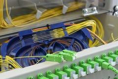 Оптический кабель волокна и соединять волокна на подносе специи стоковые фото