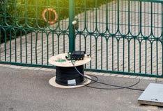 Оптический кабель волокна на катышке катушки стоковые изображения