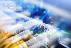 Оптически сервер коммутант Мигающие огни волокно оптически аукционов Разъединяет компьютер в шкафе на большом центре данных конец стоковое изображение