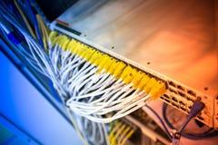 Оптическое волокно с серверами в центре данных технологии стоковое изображение