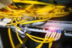Оптическое волокно с серверами в центре данных технологии Стоковые Изображения