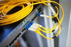 Оптическое волокно с серверами стоковые фотографии rf