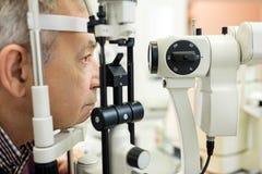 Оптическое зрение взглядов специалистов к пациенту стоковое фото