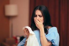 Опустошенная женщина находя вне обжуливая супруг имеет секретное дело стоковое фото