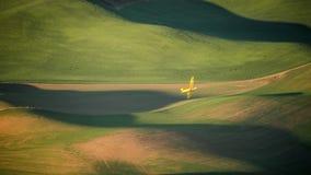 Опылитель полей делая широкий поворот в Palouse стоковые фотографии rf