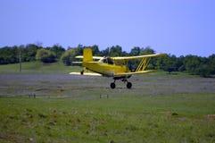 опылитель полей самолет-биплана действия Стоковые Изображения RF