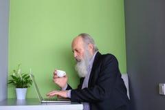Опытные выбытые бизнесмены связывают через skype используя гад Стоковая Фотография