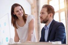 Опытные 2 коллеги одобряя бизнес-план Стоковое Фото