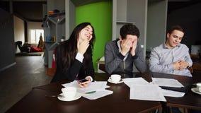 Опытные молодые мужские и женские страховщики составляют, проверяют Стоковая Фотография