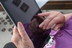 Опытные человеки держат таблетку Стоковое фото RF