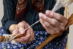 Опытные человеки закручивая шерсти. Стоковые Фотографии RF