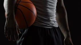 Опытный баскетболист стоя с шариком в руках, мотивированный сильный человек сток-видео