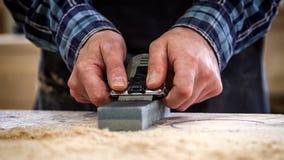 Опытный плотник в мастерской стоковая фотография
