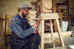 Опытный плотник ударяя ногти стоковая фотография