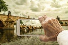 Опытный человек фотографирует Карлов мост в Праге, чехе Repu стоковое фото rf