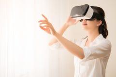 Опыт женщины используя шлемофон VR Стоковые Изображения RF
