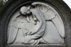 Оплакивая ангел на покинутом кладбище Стоковое Изображение RF